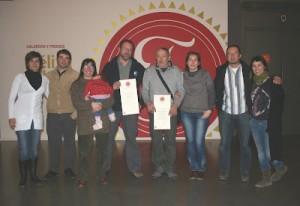 Los responsables principales del proyecto y algunos de los colaboradores en la recogida del premio.